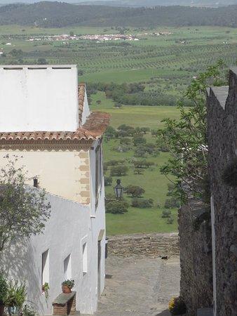 Monsaraz Castle and Walls: viela da cidadela e o campo ao fundo