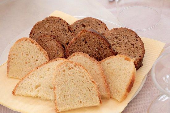 Cutrofiano, Italie : Pane bianco e pane nero ai cereali fatto da Tenuta Mezzana
