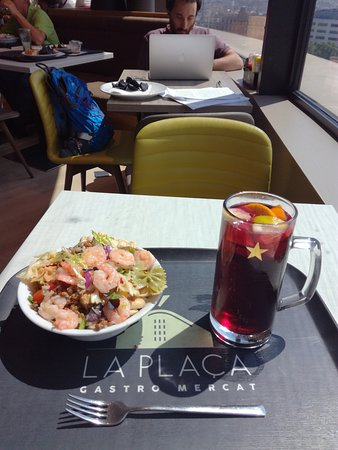 La Placa Gastro Mercat : Salad and sangria - AWESOME!