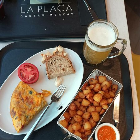 La Placa Gastro Mercat : Omelette and patatas bravas