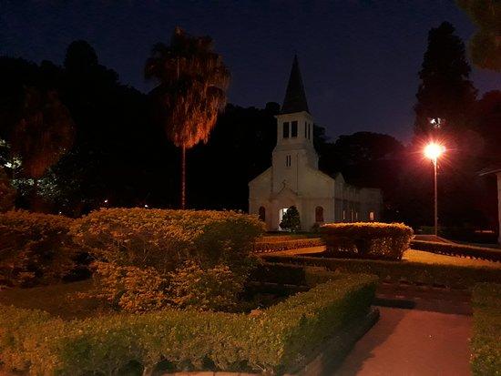 Parque Vicentina Aranha: Igreja dentro do parque.