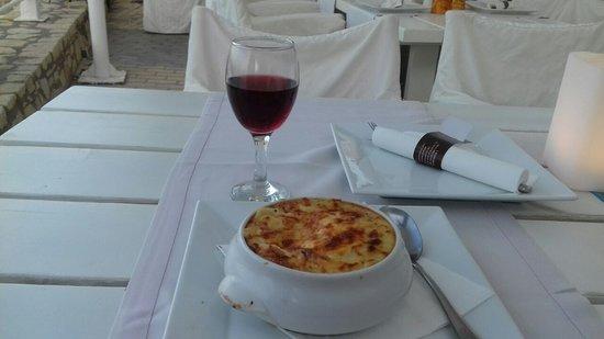 Veranda Family Restaurant: настоящая греческая мусака... и бокал красного вина