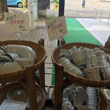 Sekai no Kamahiroba: 波佐見町のやきもの公園です。  5月の連休にはここに大小のテントが張られ、150社の窯元・商社が展示販売します。 今年は38万人だったとの事。  でも、普段でもお得に買えます。