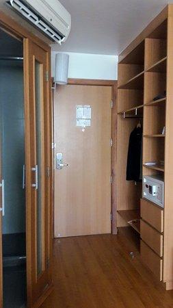 Novotel RJ Santos Dumont: puerta de la habitación, baño a la iqzuierda y placar a la derecha