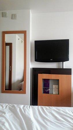 Novotel RJ Santos Dumont: televisor de 32 pulgadas adelante de la cama