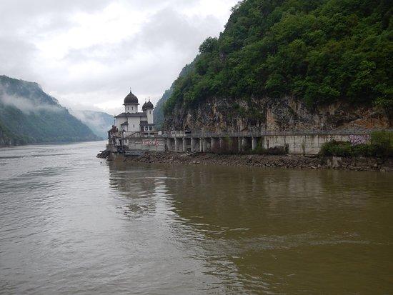 Iron Gates: Restaurant just down river