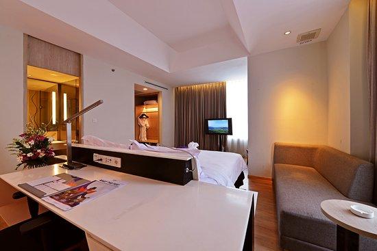 FOX Hotel Pekanbaru: Executive Room Working Desk
