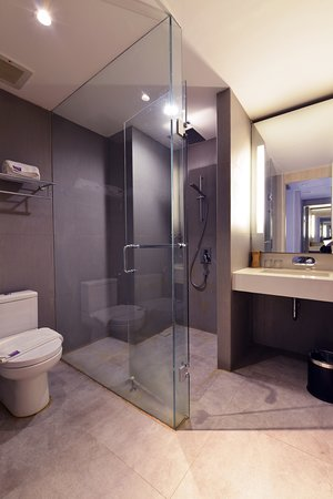 FOX Hotel Pekanbaru: Bathroom