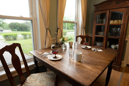 The Karass Inn: Enjoy a complimentary hot breakfast in our dining room