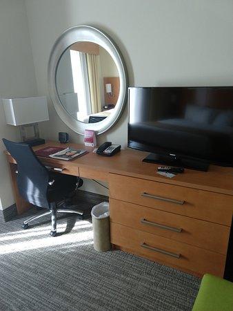 Comfort Suites Bossier City: Desk and TV