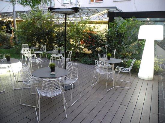 ไอบิสมิลาโน เซ็นโทร: Outdoor area off the lobby and by the restaurant