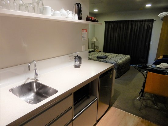 Anchorage Motel Apartments: kitchen has all pots, pans, dishes, utensils you need