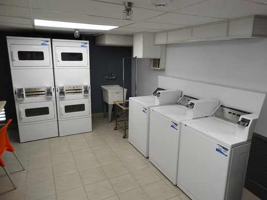Embassy Suites by Hilton Lompoc Central Coast: Here is the laundry room.
