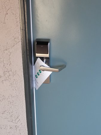 Embassy Suites by Hilton Lompoc Central Coast: Here's one way to secure your room sign from the wind.