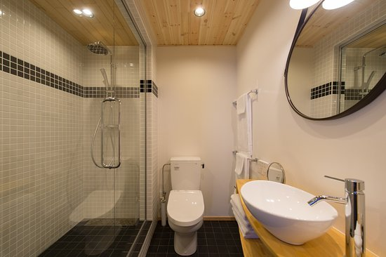 Moiwa Lodge : Bathrooms for both the 5 and 6 bed family rooms