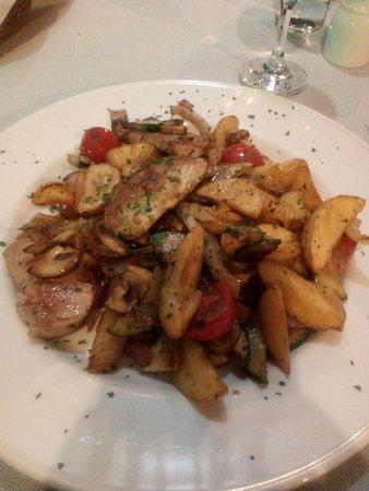 Zlatna skoljka : Pork medallions with fried potatos and vegetables