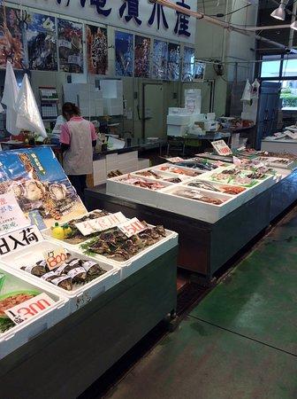 Sakai Minato Fish Center: 牡蠣の向こうは鮮魚です