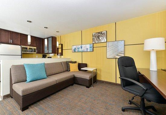 residence inn des moines downtown 179 2 1 4. Black Bedroom Furniture Sets. Home Design Ideas