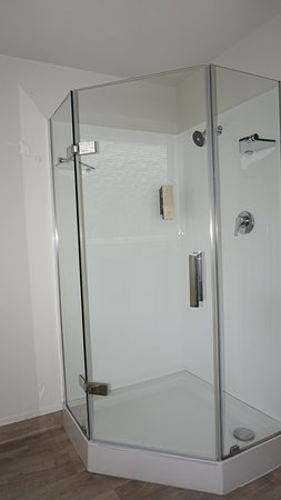 Ashleigh Court Motel: Two bedroom family suite_ Shower