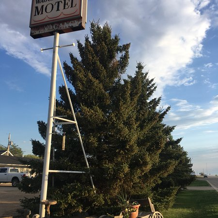 Wagon Wheel Motel: I travel to Killam frequently and recently stayed at the Wagon Wheel. It is so clean, quiet, and