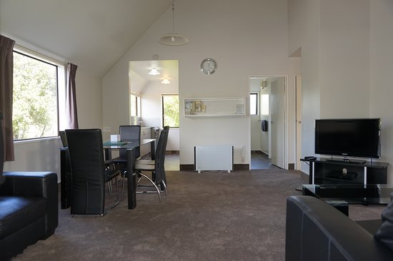 Ashleigh Court Motel: Superior Two Bedroom Apartment 2_Living Room