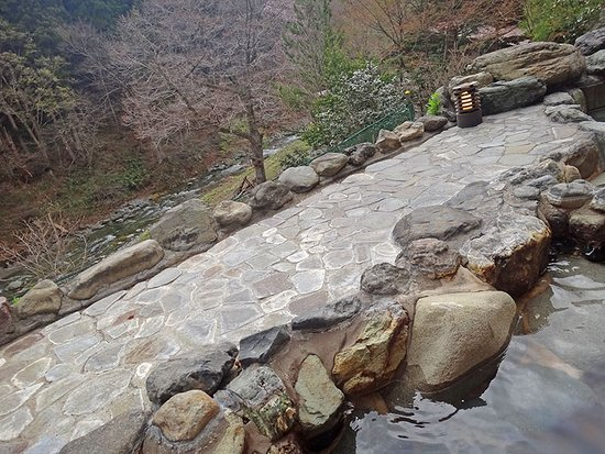 Minakamisanso: Речка вниху под ванной на открытом воздухе