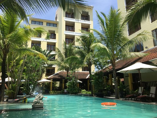 La Siesta Hoi An Resort & Spa: 구관 수영장입니다 그늘이 많아서 시원하고 수심은 낮은곳부터 깊은곳까지 다양하게 있습니다.