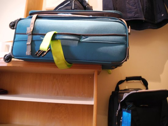 Holiday Inn Express Portsmouth - Gunwharf Quays : This 24 inch suitcase is hanging over the edge of the luggage rack.h