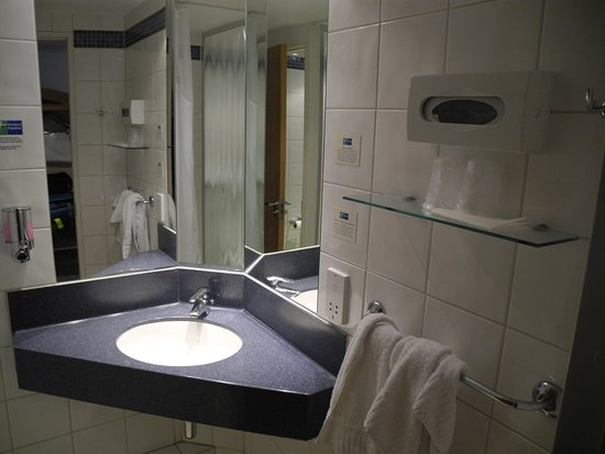 Holiday Inn Express Portsmouth - Gunwharf Quays : A compact but adequate bathroom.