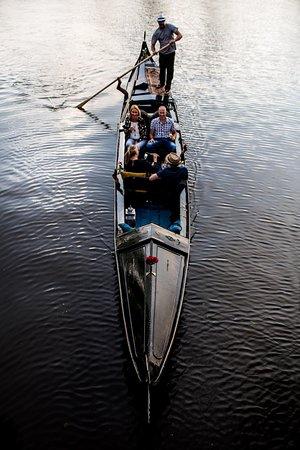 Venetian Gondola Tours Leeuwarden : Gezellig met z'n vieren vaar je geruisloos door de stad