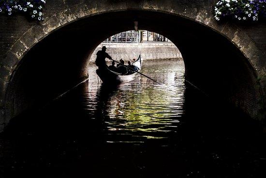 Venetian Gondola Tours Leeuwarden : Onder een van de vele onderdoorgangen in de historische binnenstad van Leeuwarden