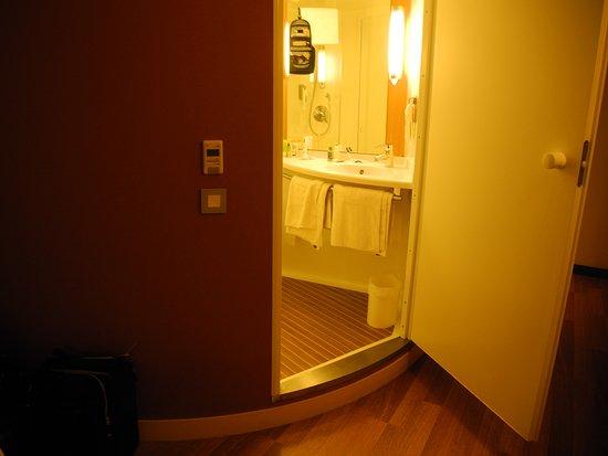 Ibis London Blackfriars Hotel : The peculiar prefabricated bathroom.