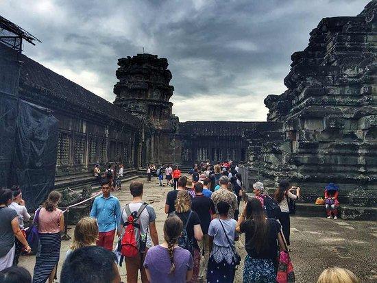 Angkor Vat : Queue to upper temple