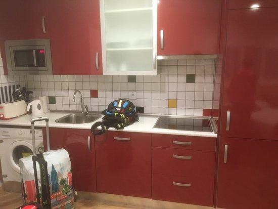 Mola Suites: Kitchen