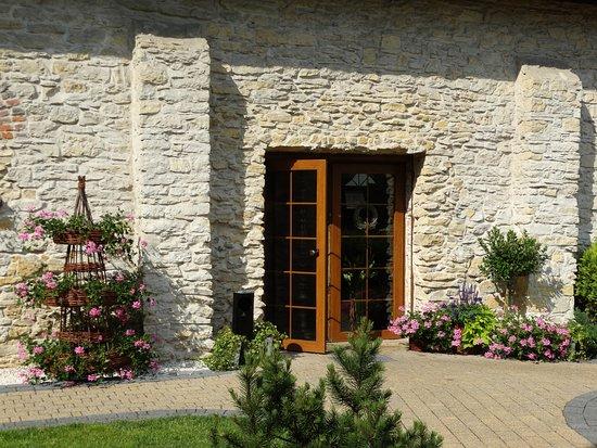 Restaurant Pod Platanami: Pięknie komponuje się roślinność z kamiennym budynkiem