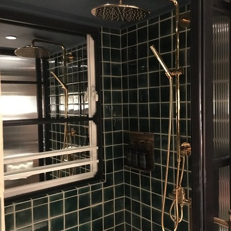The Fleming, Hong Kong : retro bathroom