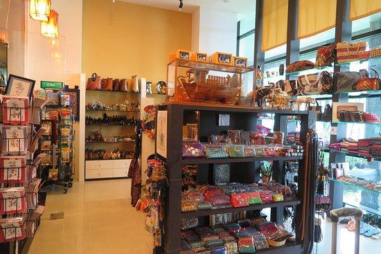 Novotel Bangkok Suvarnabhumi Airport : ร้านจำหน่ายสินค้าที่ระลึกของเมืองไทย มีสินค้าน่ารักและน่าซื้อเป็นของฝากเยอะครับ