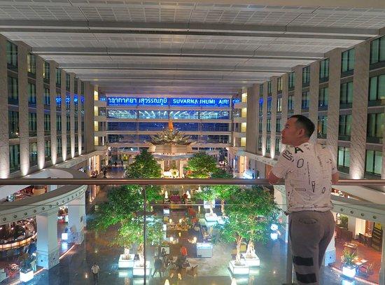 Novotel Bangkok Suvarnabhumi Airport: บริเวณล็อบบี้ ยามเย็น สวยมากๆเลยครับเหมือนอยู่ในดินแดนแห่งเทพนิยายครับ