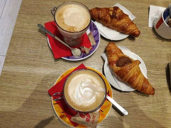 Province of Piacenza, Ιταλία: Colazione con caffè-latte e cornetto