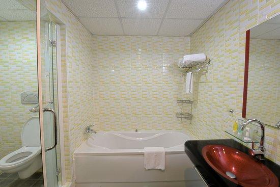 Imperial Botanical Beach Hotel: Bath Room