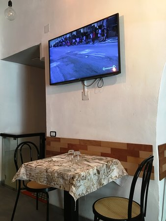 Anonymous Trattoria Gourmet : Interno con TV