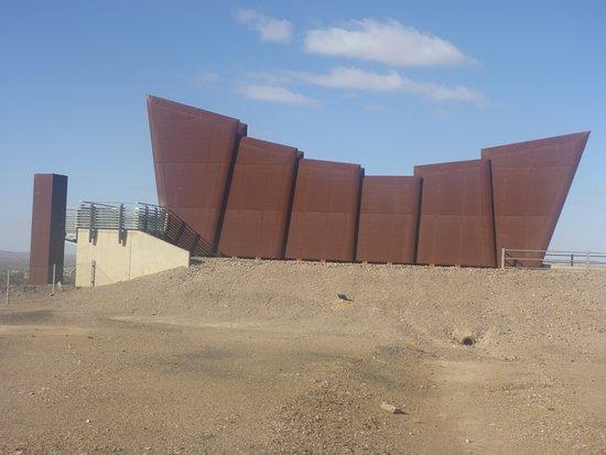 Broken Hill Miner's Memorial : Stark Appearance