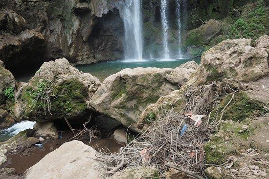 Cascades d'Akchour: Notez les plastiques au pied même de la cascade