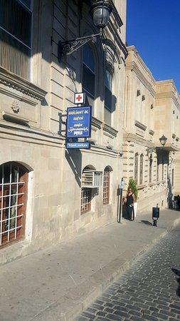Cafe Chert Poberi: Знаменитая киношная улочка