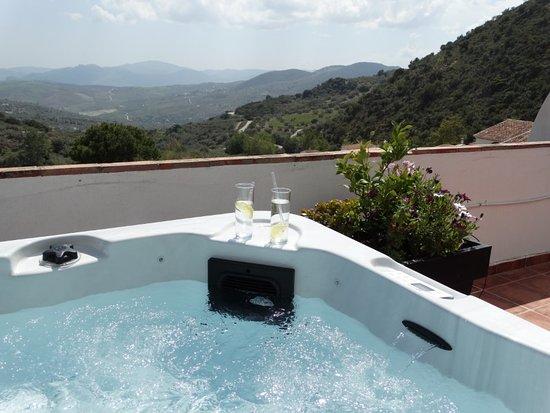 Periana, España: Genieten in de jacuzzi op het dakterras van Villa Deseada