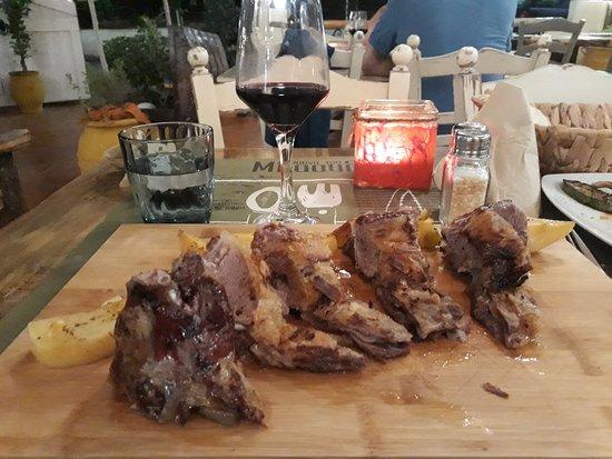 Rouga tou Mpaoula : lamb shoulder bbq