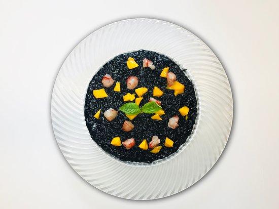 Il Casottino: risotto al nero di seppia con mango, gambero rosso siciliano e olio al sedano