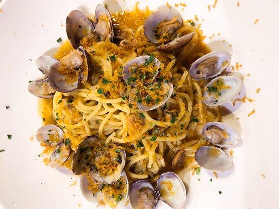 Il Casottino: spaghettoni di pasta fresca con vongole veraci e bottarga