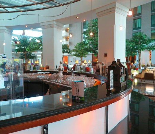 Novotel Bangkok Suvarnabhumi Airport: มีไวน์ชั้นเยี่ยมจากทุกมุมโลกให้บริการครับ