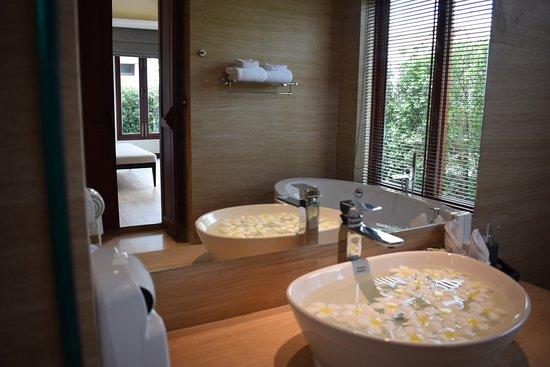 Triple Tree Beach Resort: Villa pool access bath room